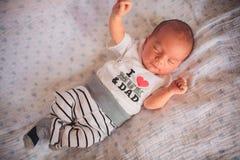 Pasgeboren weinig babyslaap Royalty-vrije Stock Foto