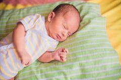 Pasgeboren weinig babyslaap Stock Afbeelding