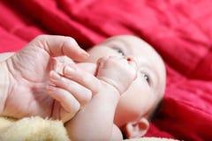 Pasgeboren in zachte gele deken stock fotografie