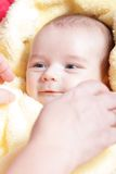 Pasgeboren in zachte gele deken stock afbeeldingen