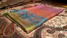Pashmina multicolor de seda puro sobre el mantón de Kani de la cachemira Foto de archivo libre de regalías