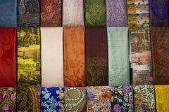 Pashmina y bufandas de seda Imágenes de archivo libres de regalías