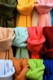 Pashminas de diversos colores Imagen de archivo libre de regalías