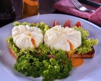 Pashot яйца с листьями салата стоковое изображение rf