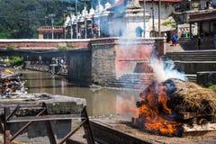 Pashupatinath świątynne kremacje na Bagmati rzece obraz stock