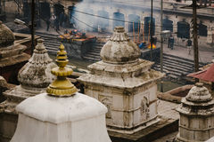 Pashupatinath begravnings- bålar arkivbilder