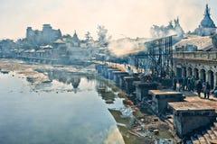 Pashupatinath kremaci i świątyni ghats obrazy stock