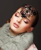 Pasión. Mujer soñadora atractiva en capa y joyas de la piel. Lujo fotos de archivo