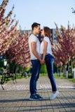 Pasi i miłości pojęcie Mężczyzny i kobiety całowanie w kwitnieniu uprawia ogródek na wiosna dniu Par uściśnięcia blisko Sakura dr fotografia stock