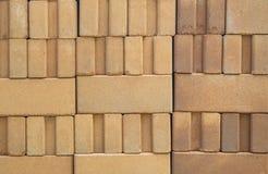 Pasiaści ściana z cegieł używają jako tło zdjęcia royalty free