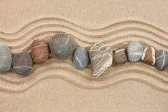 Pasiaści kamienie na piasku Fotografia Royalty Free
