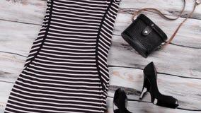 Pasiasta czerni suknia, pięty i zdjęcie wideo