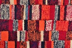 Pasiasta ręka wyplatający kolorowy faborku tło zdjęcia stock