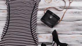 Pasiasta suknia z krótkimi rękawami zbiory wideo