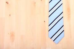 Pasiasty krawat na drewnianym tle Zdjęcie Royalty Free