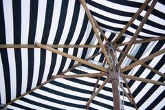 Pasiasty plażowy parasol w hotelu Zdjęcie Stock