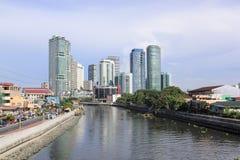 Pasig flod som passerar Rockwell & Makati i Manila Filippinerna fotografering för bildbyråer