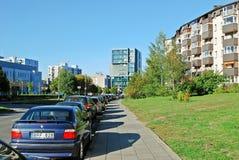 Pasilaiciai-Bezirksstraße mit Autos und Häusern Stockfotografie