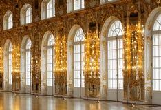 Pasillo adornó con la hoja de oro con el alto techo y las ventanas grandes Foto de archivo libre de regalías