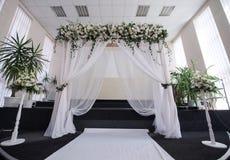 Pasillo adornado para una ceremonia de boda con un arco Foto de archivo