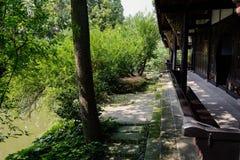 Pasillo chino envejecido exterior verde del verano de la orilla del lago fotos de archivo libres de regalías