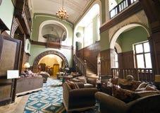 Pasillo clásico del hotel fotos de archivo