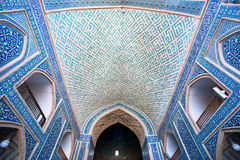 Pasillo con de cerámica tejado dentro de la mezquita Imagen de archivo