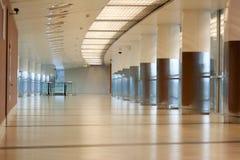 Pasillo con el pilar en aeroport Imagenes de archivo