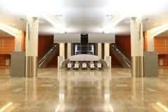 Pasillo con el suelo, las columnas y las escaleras móviles del granito Imagen de archivo