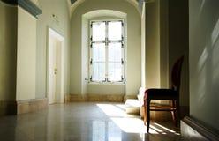 Pasillo con la silla roja Foto de archivo