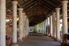 Pasillo con las columnas y las paradas del recuerdo que llevan al top de Shwe Indein, lago Inle, Shan State, Myanmar imagen de archivo