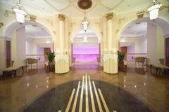 Pasillo con las salidas al balcón en el hotel Ucrania Imagen de archivo libre de regalías