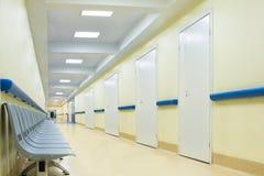 Pasillo con las sillas en hospital Imágenes de archivo libres de regalías