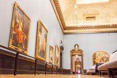 Pasillo con los techos tallados y la colección grande de viejas pinturas del museo de Kunsthistorisches en Austria Fotografía de archivo