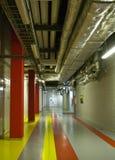 Pasillo con los tubos y las líneas de color Fotografía de archivo