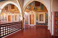 Pasillo cubierto en el monasterio famoso de Kykkos Foto de archivo