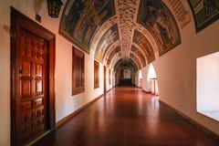 Pasillo cubierto en el monasterio famoso de Kykkos Fotografía de archivo