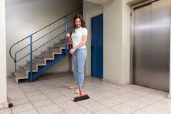 Pasillo de Cleaning Floor In del portero fotografía de archivo