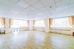 Pasillo de danza gimn?stico de entrenamiento interior con los espejos imagen de archivo