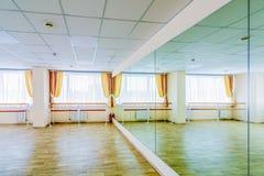Pasillo de danza gimn?stico de entrenamiento interior con los espejos fotos de archivo libres de regalías