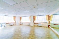 Pasillo de danza gimn?stico de entrenamiento interior con los espejos fotos de archivo