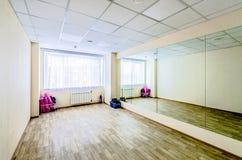 Pasillo de danza gimn?stico de entrenamiento interior con los espejos foto de archivo