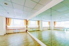 Pasillo de danza gimn?stico de entrenamiento interior con los espejos foto de archivo libre de regalías