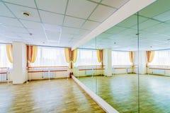 Pasillo de danza gimn?stico de entrenamiento interior con los espejos fotografía de archivo libre de regalías