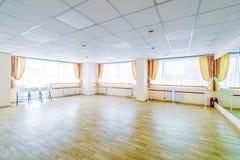 Pasillo de danza gimn?stico de entrenamiento interior con los espejos imagen de archivo libre de regalías