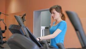 Pasillo de deportes La muchacha está entrenando en el gimnasio almacen de video