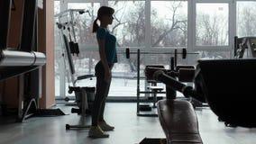 Pasillo de deportes La muchacha está entrenando en el gimnasio metrajes