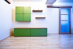 Pasillo de Emty con las puertas y el estante para libros Imagen de archivo
