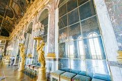 Pasillo de espejos del palacio famoso de Versalles imagenes de archivo