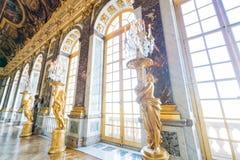 Pasillo de espejos del palacio famoso de Versalles foto de archivo